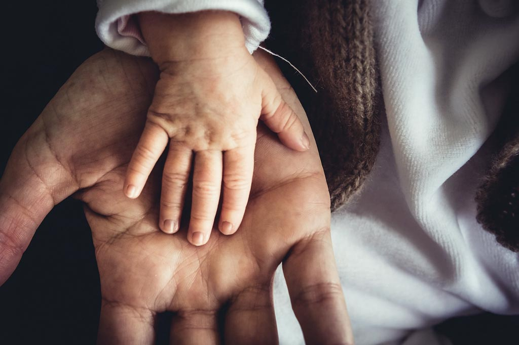 Ruce - dospělý a dítě