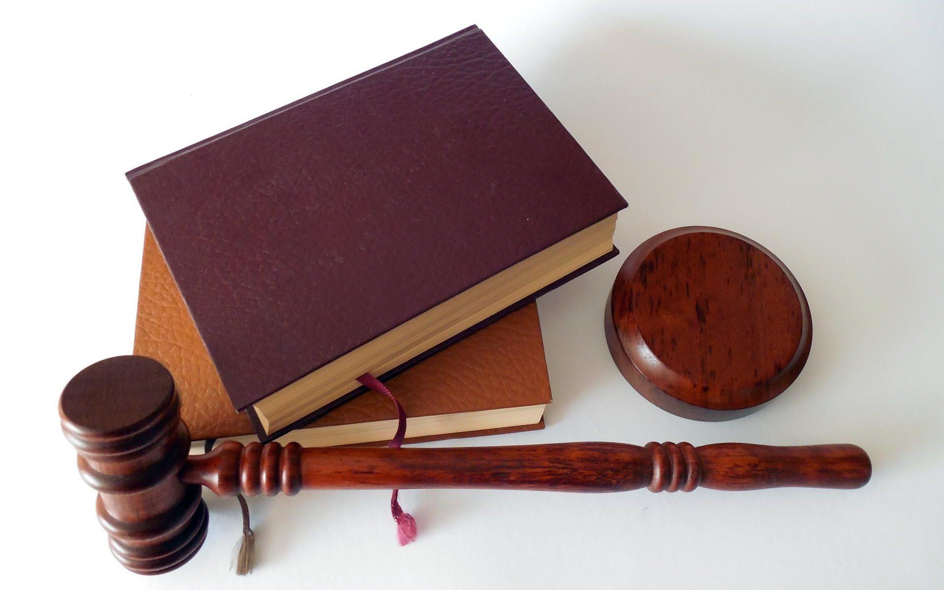 Právo - kladívko a knihy