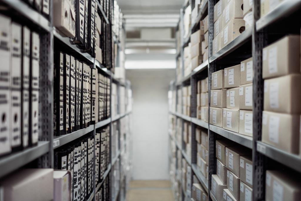 Archiv - krabice v regálech